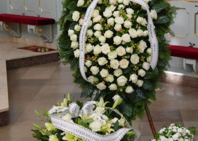 wieniec pogrzebowy białe róże 05